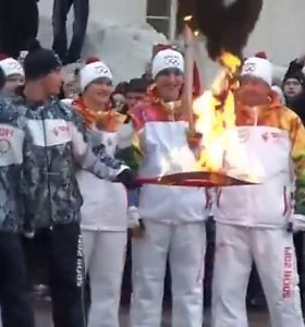 """Jau nebejuokinga: 103 kartus užgesusi Sočio olimpinė ugnis dabar jau """"žudo"""" ir olimpinius fakelus"""