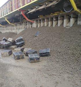 Vilniuje, vagone po akmens skalda, pasieniečiai aptiko 20 tūkst. pakelių cigarečių