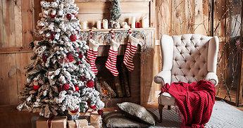 Kalėdos prasideda nuo namų durų, jaukiai šviečia ant židinio, kuria pasaką ant palangės