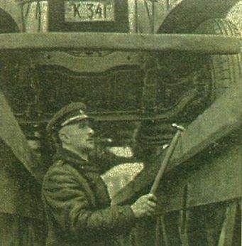 """Nuotr. iš knygos """"Lietuvos kelių policijai 80""""/Policininkas tikrina automobilio techninę būklę. 1936 m."""