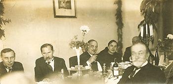 Telšių–Kretingos geležinkelio linijos atidarymo vakarienė Kretingos pranciškonų gimnazijoje 1932 spalio 29 d. Iš kairės: ministras pirmininkas Juozas Tūbelis, prezidentas Antanas Smetona, susisiekimo ministras Vytautas Vileišis, vienuolis pranciškonas Augustinas Dirvelė, Kretingos grafas Aleksandras