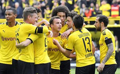 """""""Bayern"""" paliko Dortmundo futbolininkams šansą kovoti dėl titulo"""