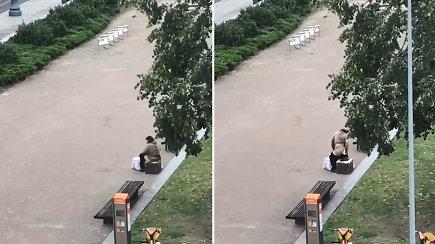 Nufilmuotas prie Seimo besituštinantis vyras