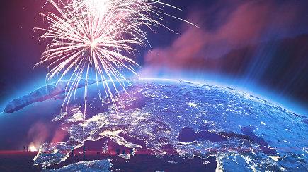 Naujieji metai pasaulyje: nuo spalvotų apatinių iki šaldytuvo mėtymo pro langą