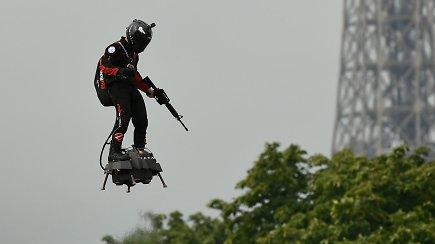 Prancūzų išradėjas per karinį paradą pademonstravo neregėtą skrydį