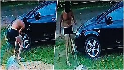 Kamera užfiksavo, kaip pusnuogis vyriškis subadė automobilio padangas