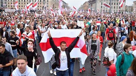 Baltarusiai, jau dvi savaites šurmuliuojantys gatvėse, savo taikų protestą išreiškė tylos minute