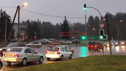 Vairuotojams susisuko galva: važiuoja per raudoną, stoja degant žaliai šviesai
