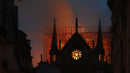 Ugniagesiai baiminasi, kad ugnis gali visiškai sunaikinti Dievo Motinos katedrą
