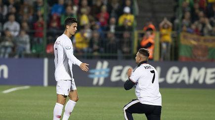 Užfiksuota, kaip išbėgęs į aikštę sirgalius puolė prie Cristiano Ronaldo ant kelių