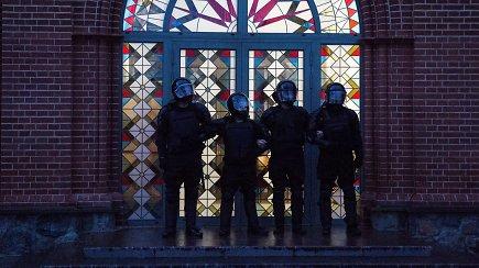 Neeilinis vakaras Baltarusijoje – protestuotojus OMON pareigūnai uždarė bažnyčioje