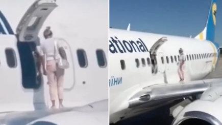 Užfiksuotas neįprastas incidentas ant lėktuvo sparno: įkaitusi moteris išėjo pasivaikščioti pro avarines duris