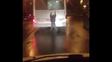 Paauglys važiuoja užsikabinęs ant autobuso Vilniuje