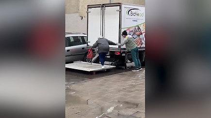 Širdis tirpdo sunkvežimio vairuotojo poelgis – moteriai padėjo pasiekti automobilį
