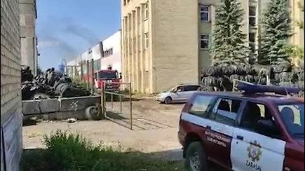 Zarasuose padangų sandėlyje kilo gaisras – vietoje dirba 8 autocisternos