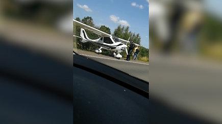Skaitytoja užfiksavo: Kaune dėl gedimo lėktuvas buvo priverstas nusileisti šalikelėje