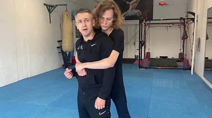 Savigynos treneris parodė, kaip apsiginti nuo užpuoliko – užtenka vos kelių judesių