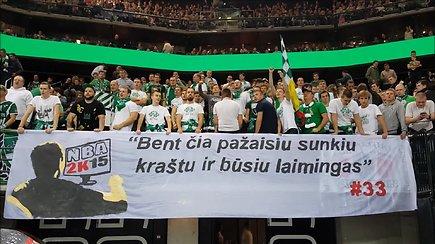 """Kauno """"Žalgirio"""" fanai šūkiais ir plakatu įžeidinėjo Artūrą Gudaitį"""