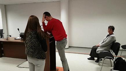 Prieš motiną smurtavęs E.Lukašavičius teisme viešai atsiprašė, bet po posėdžio slėpė veidą