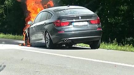 Greitkelyje į Klaipėdą sudegė BMW automobilis