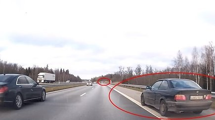 Per plauką nuo tragedijos: itin pavojingas BMW lenkimas