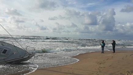 Į krantą Melnragėje vėjas nubloškė jachtą, tėvas ir sūnus dingę