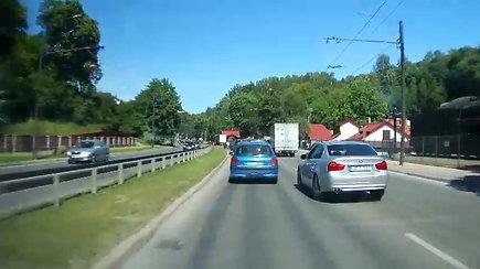 Kauno gatvėmis nervingai manevravęs BMW kitiems eismo dalyviams sukėlė įtarimų