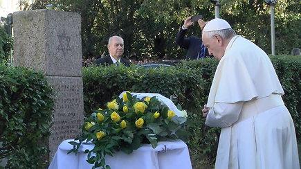Popiežius Pranciškus aplankė Vilniaus getą, kur tyliai meldėsi už holokausto aukas