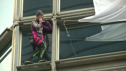 """Prancūzas """"žmogus voras"""" Honkonge ant dangoraižio pakabino """"taikos"""" vėliavą"""