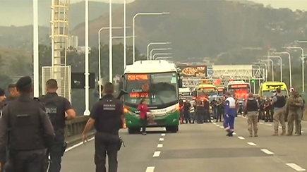 Rio de Žaneire ginkluotas užpuolikas užgrobė autobusą su keleiviais