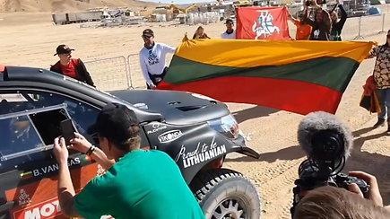 Benediktas Vanagas Dakaro finišo liniją kirto gerbėjų iš Lietuvos apsuptyje
