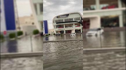 Liūtis užtvindė Dubajaus gatves