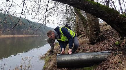 """Aplinkosaugininkai Neries pakrantėje ties """"Grigeo"""" rado daugiau vamzdžių negu matė planuose"""