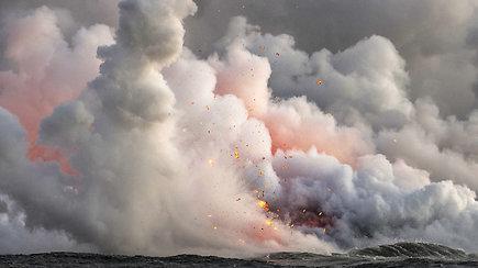 Kamera užfiksavo, kaip ugnikalnio lavos bomba pataikė į turistų laivą