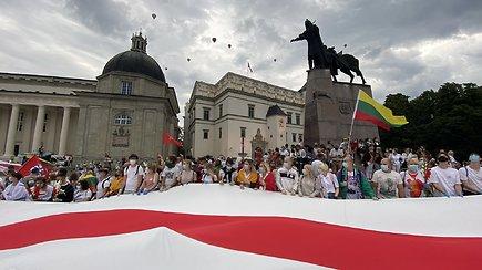 """Katedros aikštėje prasidėjęs """"Laisvės kelias"""": iš rankų į rankas keliavo vėliavos, į dangų kilo oro balionai"""