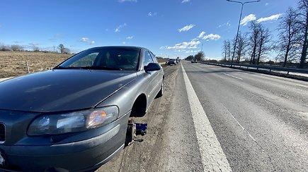 Kelyje Vilnius-Kaunas – itin pavojingos duobės: nukentėjo bent 7 automobiliai