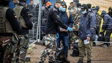 Migrantai palieka Rūdninkų stovyklą: kaip atrodo jų pasiruošimas kelionei?