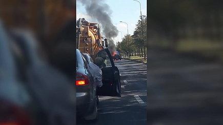 Nufilmuotas degantis automobilis prie Bačiūnų