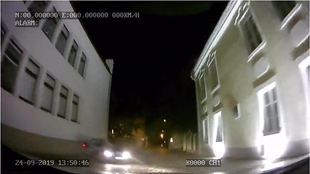 Kaune nufilmuotos Vilkaviškyje pagrobto BMW gaudynės, pasibaigusios smūgiu į sieną