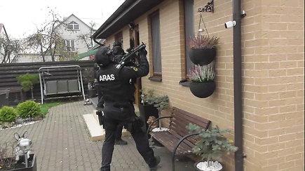 Kaune nufilmuotas narkotikų prekekybos vadeivos sulaikymas su 0,5 mln. eurų ir 4 ginklais