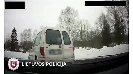 Nufilmuotas nuo pareigūnų nesėkmingai pasprukti bandęs automobilio vairuotojas