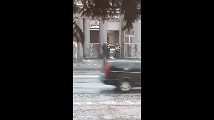 Policija sulaikė prieš banką Tauragėje protestavusį vyrą