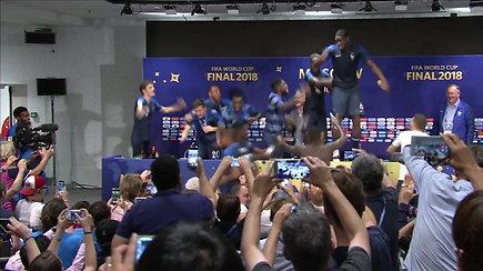 Pergalę švenčiantys Prancūzijos futbolininkai šoko ant spaudos konferencijos stalo