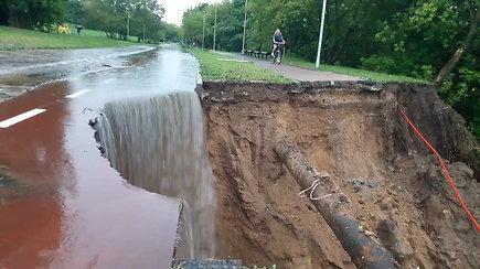 Liūtis nuplovė naująjį dviračių taką sostinės P.Vileišio gatvėje