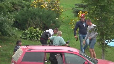 Nufilmuota: Elektrėnų ralyje į svetimą kiemą atvažiavę jaunuoliai smurtavo prieš šeimininkus