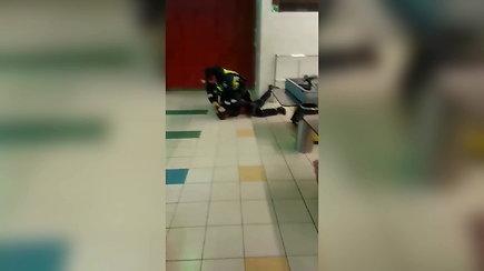 Nufilmuotas pareigūno smurtas Radviliškyje