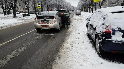 Keliai slidūs išlieka: taksi rėžėsi į automobilį, kol pildė deklaraciją sudaužytos dar dvi mašinos