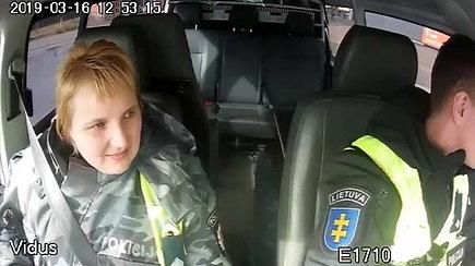 Policijos pareigūnai springstančią 2 metų mergaitę gabeno į Telšių ligoninę