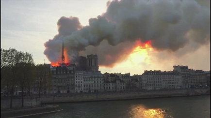 Paryžiuje ugnis niokoja legendinę Dievo Motinos katedrą