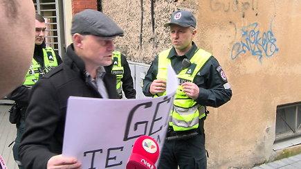 Prie teismo protestavęs N.Venckienės gerbėjas susiginčijo su pareigūnais